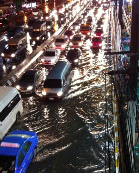 ฝนตก น้ำท่วม หน้าเดอะมอลล์ งามวงศ์วาน