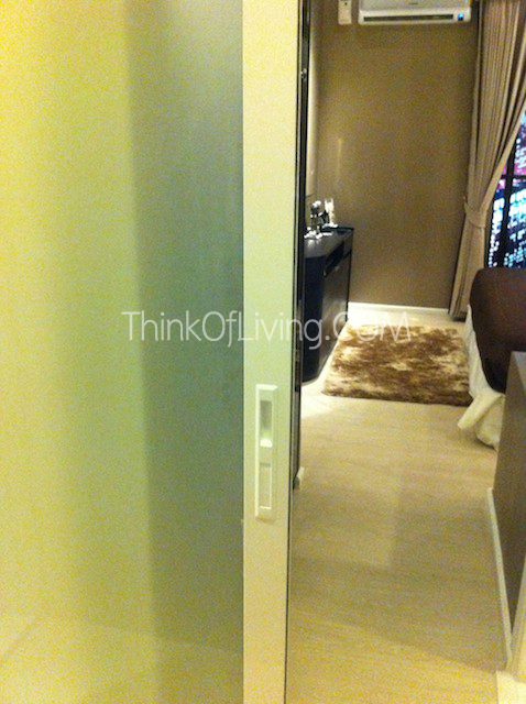RHYTHM สุขุมวิท 44/1 ประตูห้องน้ำฝั่งห้องนอน