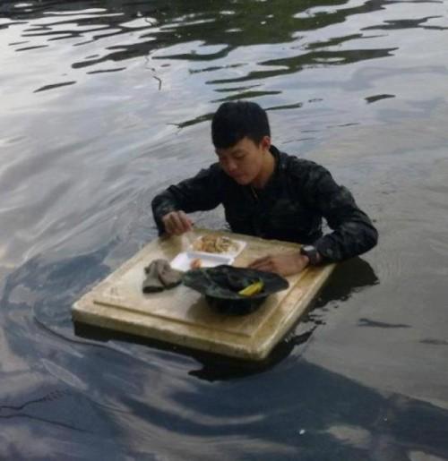 รวมภาพประทับใจ ทหารไทย น้ำท่วม
