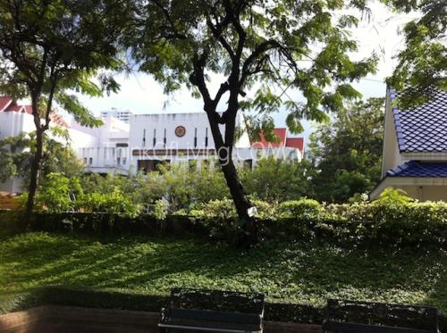 คอนโด The Crest สุขุมวิท 24 มองจากสวนกลับไปหาคอนโด